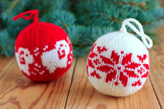Bolas hechas punto para la decoración del árbol del nuevo-año Fotos de archivo