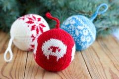 Bolas hechas punto para la decoración del árbol del nuevo-año Imagen de archivo libre de regalías