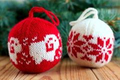 Bolas hechas punto para la decoración del árbol del nuevo-año Fotografía de archivo