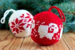 Bolas hechas punto para la decoración del árbol del nuevo-año Fotos de archivo libres de regalías