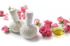 Bolas herbarias de la compresa para el tratamiento del balneario con la flor color de rosa imagen de archivo