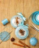 Bolas hermosas blancas de la Navidad adornadas con un modelo hecho punto azul en el fondo de madera, top con el espacio de la cop Fotografía de archivo