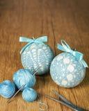 Bolas hermosas blancas de la Navidad adornadas con un modelo hecho punto azul en el fondo de madera, top con el espacio de la cop Fotografía de archivo libre de regalías