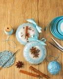 Bolas hermosas blancas de la Navidad adornadas con un modelo hecho punto azul en el fondo de madera, top con el espacio de la cop Foto de archivo