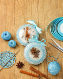 Bolas hermosas blancas de la Navidad adornadas con un modelo hecho punto azul en el fondo de madera, top con el espacio de la cop Imagen de archivo