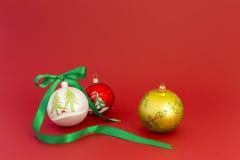 Bolas hermosas de la Navidad con la cinta verde Imágenes de archivo libres de regalías