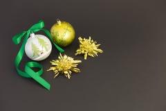 Bolas hermosas de la Navidad con la cinta verde Fotos de archivo