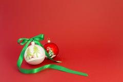 Bolas hermosas de la Navidad con la cinta verde Foto de archivo libre de regalías
