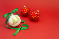 Bolas hermosas de la Navidad con la cinta verde Fotografía de archivo