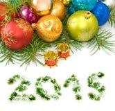 Bolas hermosas de la Navidad en un fondo blanco Imagen de archivo libre de regalías
