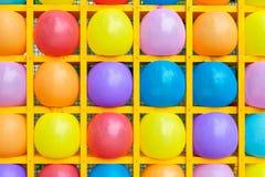 Bolas inflables en estantes cuadrados fotos de archivo