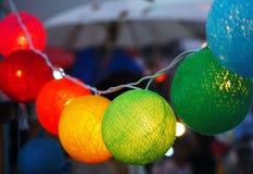 Bolas ligeras coloridas adornadas en la feria del templo fotografía de archivo