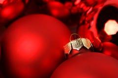 Bolas mates rojas de la Navidad y bola brillante de la Navidad - horizontales Imagenes de archivo