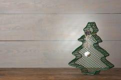 Bolas metálicas verdes del árbol de navidad y de la Navidad con una estrella encendido imagen de archivo libre de regalías