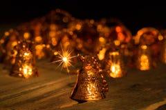 Bolas multicoloras de la Navidad del ` s del Año Nuevo en una tabla de madera Fotografía de archivo