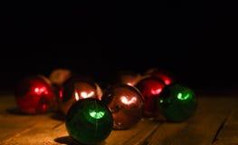 Bolas multicoloras de la Navidad del ` s del Año Nuevo en una tabla de madera Imágenes de archivo libres de regalías