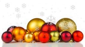 Bolas multicoloras de la Navidad en el fondo blanco Imagen de archivo libre de regalías