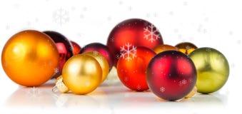 Bolas multicoloras de la Navidad en el fondo blanco Imágenes de archivo libres de regalías