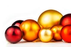 Bolas multicoloras de la Navidad en el fondo blanco Imagen de archivo