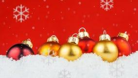 Bolas multicoloras de la Navidad en el fondo blanco y rojo Imagen de archivo