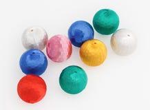 Bolas multicoloras de las decoraciones del árbol del Nuevo-Año Imágenes de archivo libres de regalías