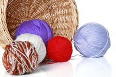 Bolas multicoloras del hilado en cesta de mimbre Imágenes de archivo libres de regalías