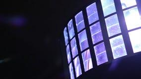 Bolas no candelabro na luz de lâmpada, ampolas que penduram do teto, lâmpadas da iluminação no fundo escuro fotografia de stock royalty free