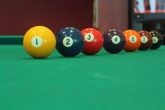Bolas numeradas coloridas diferentes da sinuca colocadas em uma linha Imagens de Stock Royalty Free