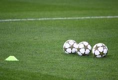 Bolas oficiales de la Champions League de la UEFA en la hierba Fotos de archivo libres de regalías