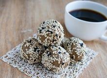 Bolas orgánicas dulces con las semillas de sésamo Imagen de archivo libre de regalías