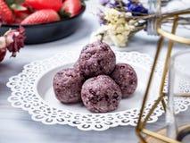 Bolas orgânicas saudáveis da energia da data com baga, frutos secados e n foto de stock