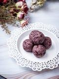 Bolas orgânicas saudáveis da energia da data com baga, frutos secados e n fotos de stock