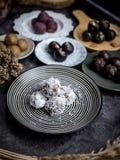 Bolas orgânicas saudáveis da energia da data com frutos e as porcas secados Alimento para o estilo de vida saudável fotografia de stock