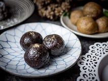 Bolas orgânicas saudáveis da energia da data com frutos e as porcas secados FO fotos de stock