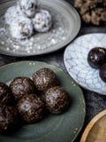 Bolas orgânicas saudáveis da energia da data com frutos e as porcas secados FO imagem de stock royalty free