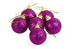 Bolas púrpuras del Año Nuevo de Cristmas Imágenes de archivo libres de regalías