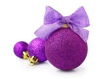 Bolas púrpuras hermosas de la Navidad que brillan con la cinta brillante Fotos de archivo libres de regalías