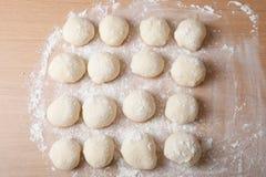 Bolas pequenas da massa com farinha para a pizza ou os bolos e os bolos S Imagens de Stock Royalty Free
