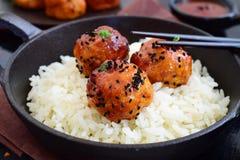 Bolas picantes da galinha no esmalte doce dos pimentões com arroz imagens de stock
