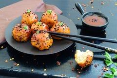 Bolas picantes da galinha no esmalte doce dos pimentões em uma bandeja do metal Foto de Stock Royalty Free