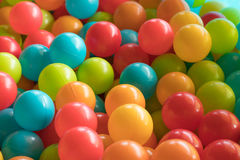 Bolas plásticas brilhantes e coloridas do brinquedo, poço da bola, fim acima imagens de stock
