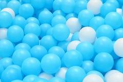Bolas plásticas brilhantes e coloridas do brinquedo, poço da bola, fim acima Fotografia de Stock
