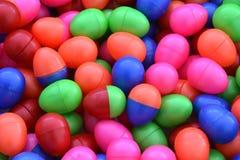 Bolas plásticas coloridas no campo de jogos das crianças imagens de stock royalty free