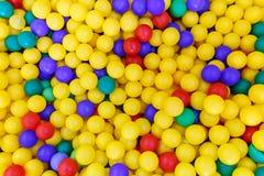 Bolas plásticas multicoloras de la multiplicidad para jugar a niños como fondo foto de archivo libre de regalías