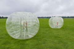 Bolas plásticas para el fútbol que juega, en un césped fotografía de archivo libre de regalías