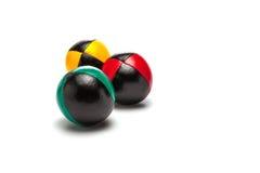 Bolas que hacen juegos malabares en el fondo blanco Imagen de archivo libre de regalías