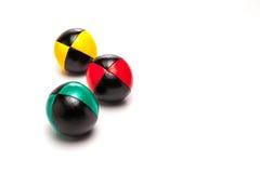 Bolas que hacen juegos malabares en el fondo blanco Fotos de archivo