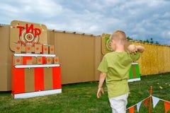 Bolas que lanzan del niño en una blanco Imágenes de archivo libres de regalías