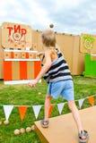 Bolas que lanzan del niño en una blanco Fotos de archivo libres de regalías