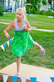 Bolas que lanzan del niño en una blanco Fotos de archivo